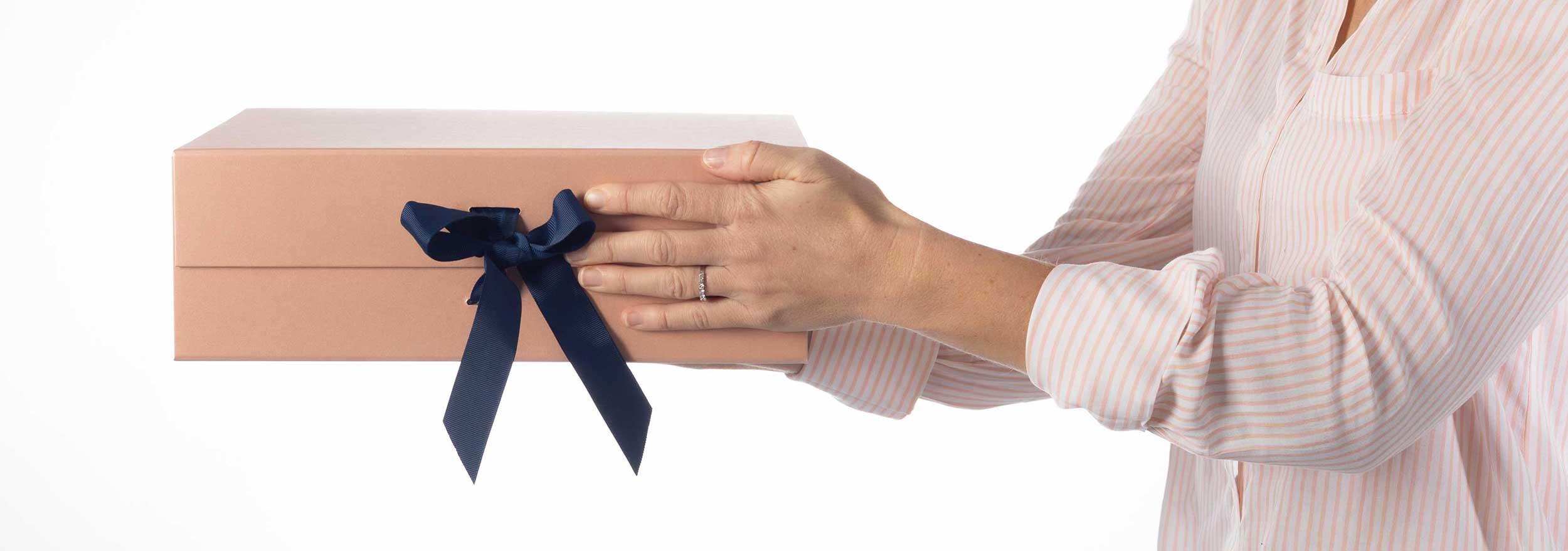 banner-cadeaux-boites-neuds-misyetmoi-confection-boitecadeau-donner-offrir-ideecadeau-mains